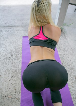 Bulge yoga pussy her pants in
